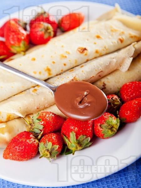 Палачинки с течен шоколад и ягоди - снимка на рецептата